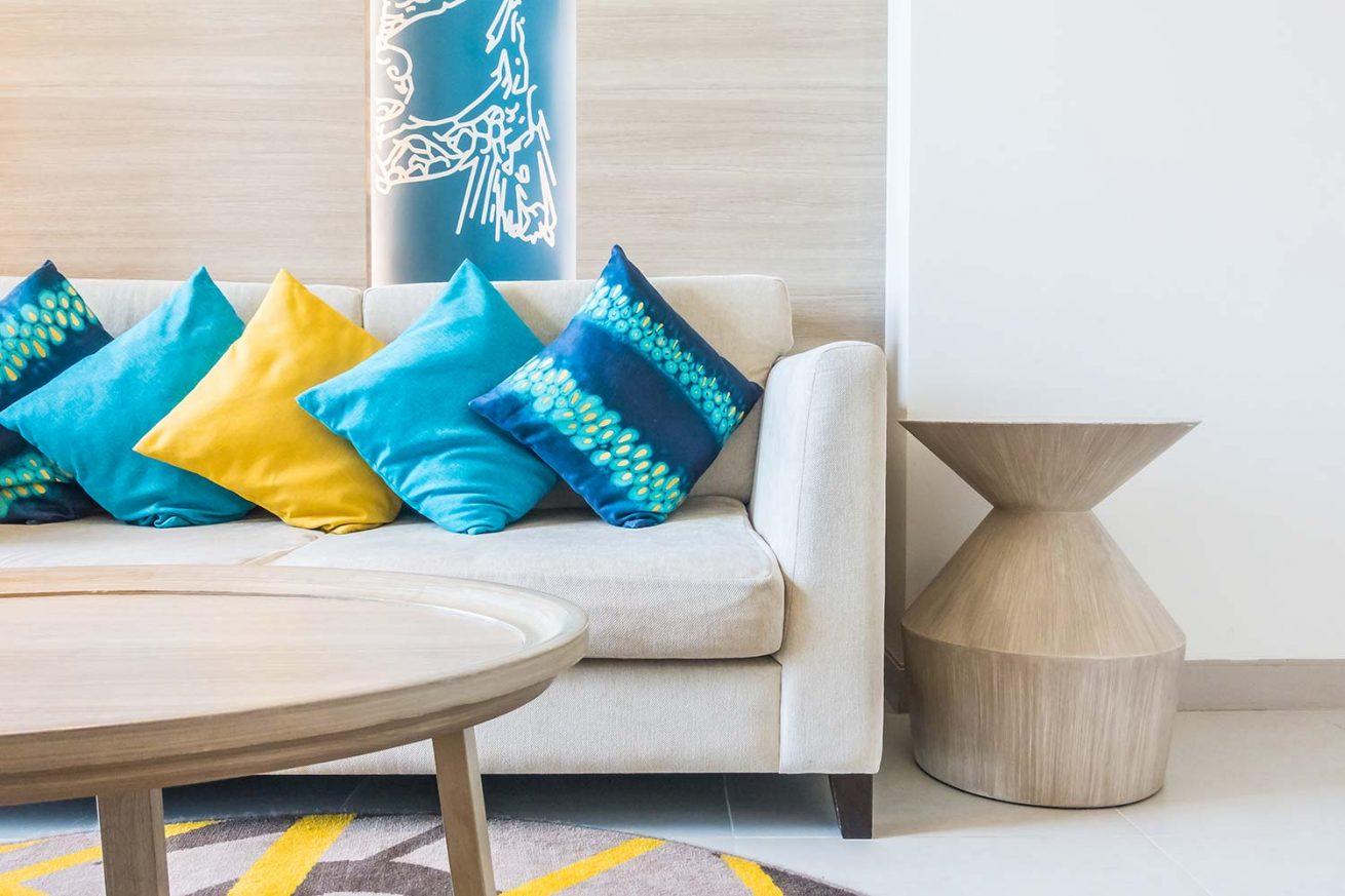 Cuscini Su Divano Marrone lezioni di stile: la delicata arte di abbinare i cuscini
